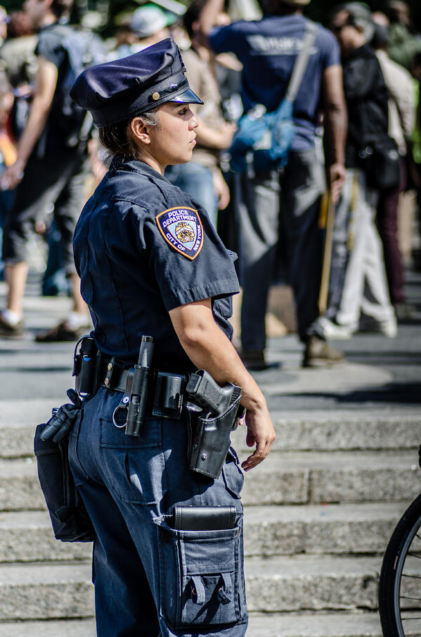 Female_Police_Officer_in_NYC